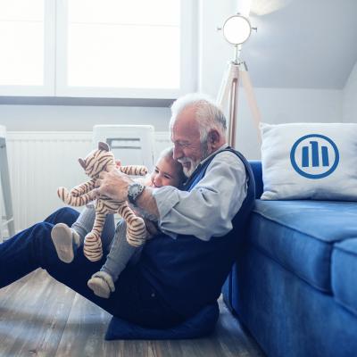 Großvater spielt mit Enkel