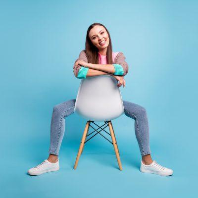 Innendienstlerin sitzt auf einem Stuhl