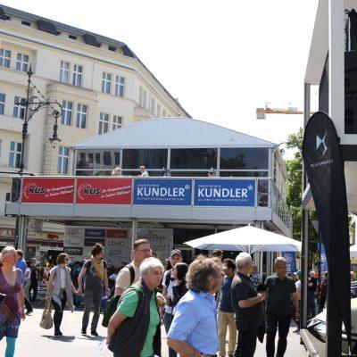 Die Uhr schlägt zur historischen Veranstaltung am Kurfürstendamm. Volles Programm für alle!